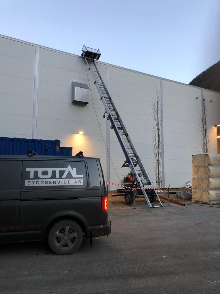 Jamax Böcker Simply Inclined tilhengermontert lift montert mot flatt tak.